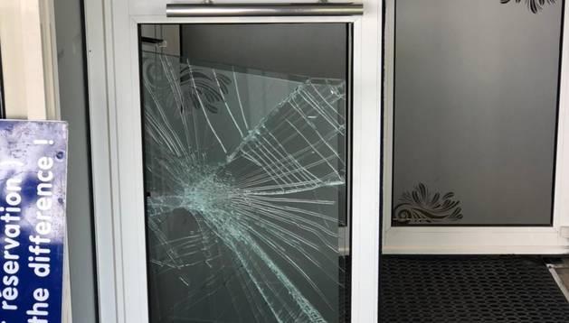 Un dels vidres trencats en el restaurant.