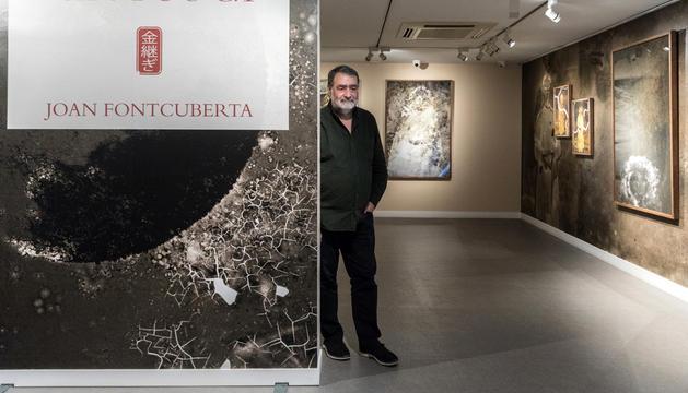 Joan Fontcuberta a l'entrada de la nova exposició 'Kintsugi'.