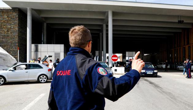 Un agent de la duana francesa a la frontera del Baladrà.