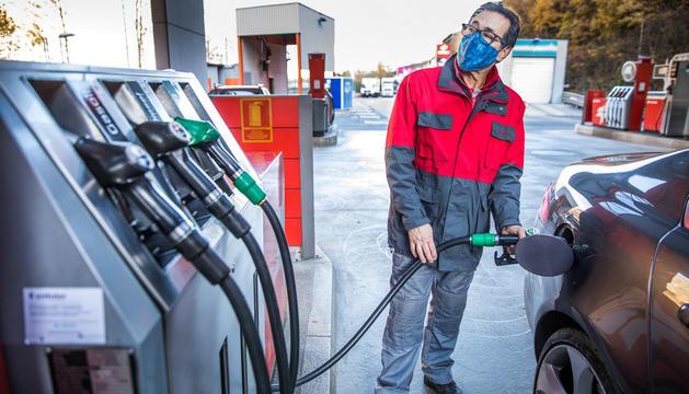 El treballador d'una benzinera carregant el dipòsit d'un vehicle.