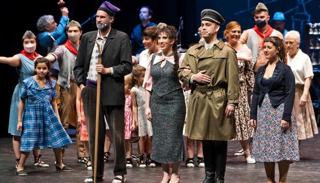 Dos moments de la representació de 'Cançó d'amor i de guerra'.