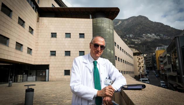 El doctor Escoter a l'entrada del Centre de Salut Mental de l'hospital de Meritxell.