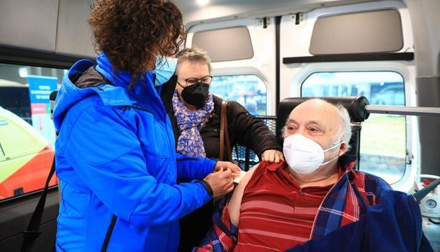 Vacunació d'un home traslladat per la Creu Roja a la plaça de braus avui dilluns