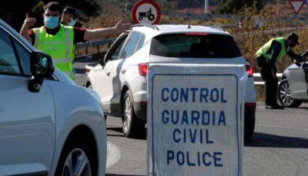 Control de la Guàrdia Civil per evitar desplaçaments prohibits.