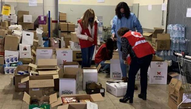 Els voluntaris organitzant els productes que arriben.