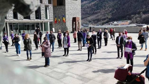 Els assistents a la concentració pel Dia internacional de la dona treballadora