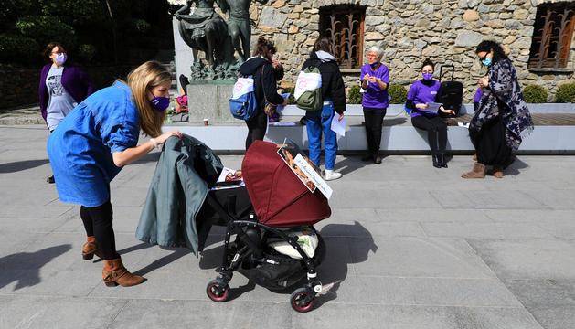 Laia Farré, integrant d'Acció Feminista, amb el seu nadó a la concentració d'ahir.