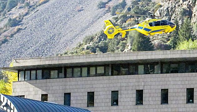 L'helicòpter aterrant al sostre de l'hospital Nostra Senyora de Meritxell.