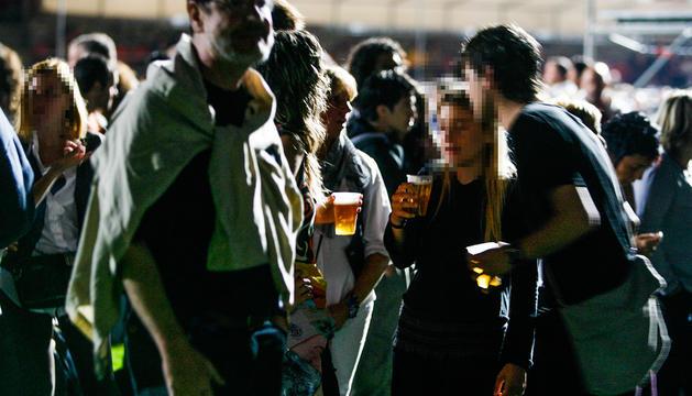 Joves de festa en un esdeveniment d'oci nocturn.