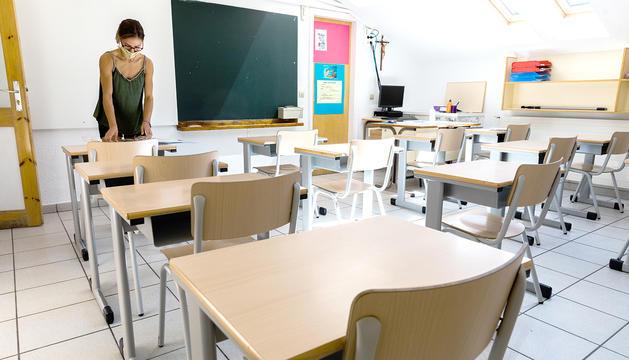Una professora del col·legi Janer preparant una classe telemàtica.