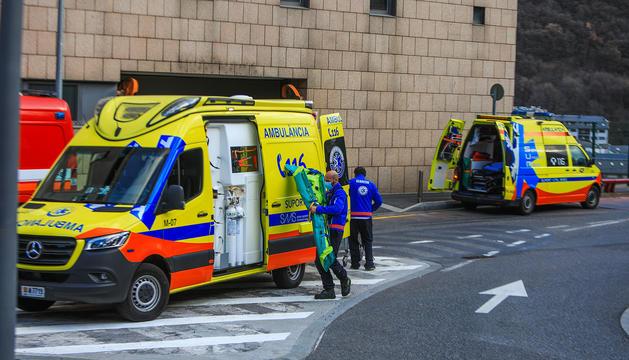 Ambulàncies del sistema sanitari andorrà a la porta de urgènces de l'hospital