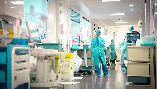 A la unitat de cures intensives de l'hospital se segueix lliurant el combat contra l'impacte més greu del virus.