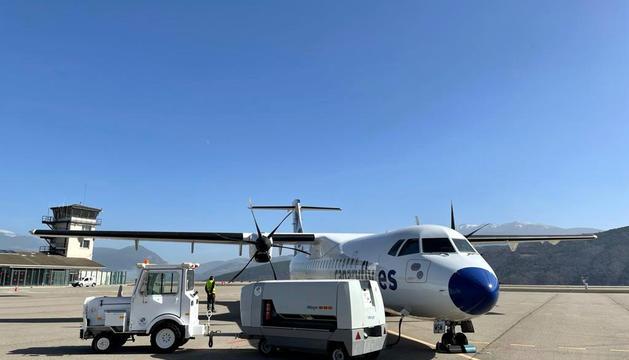 L'avió d'Andorra Airlines a l'aeroport.