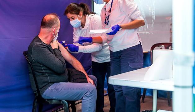 Un home rep una dosi de vacuna a l'espai habilitat a l'antiga plaça de braus.