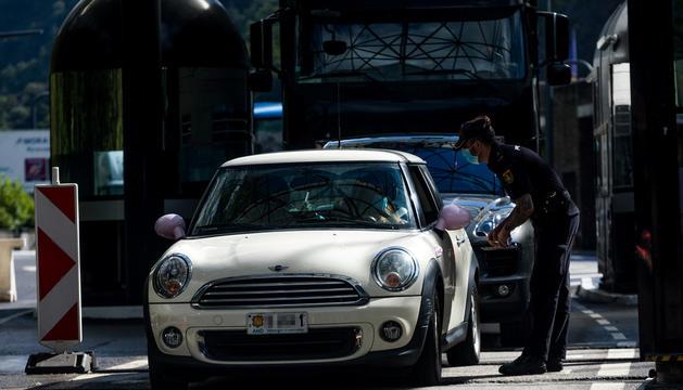 Un vehicle andorrà aturat a la frontera per un policia espanyol.