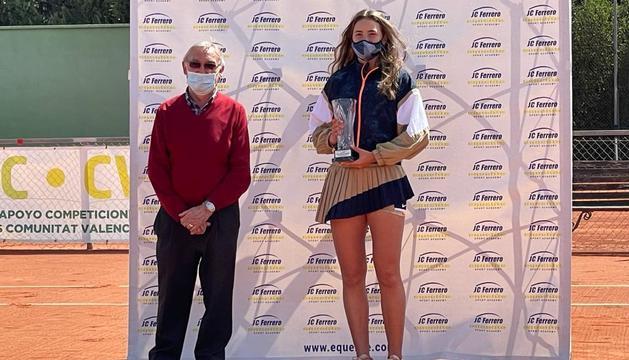 Vicky Jiménez, amb el trofeu de subcampiona.