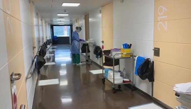 Una professional sanitària a la segona planta de l'hospital Nostra Senyora de Meritxell.