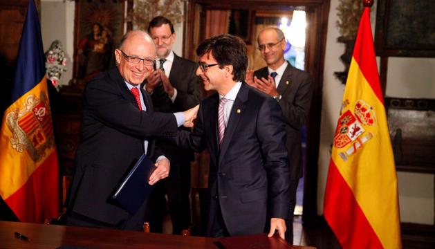 Els ministres Montoro i Cinca després de signar el CDI amb Espanya, amb Rajoy i Martí al darrere.