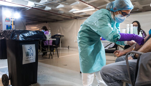 Una infermera realitzant una prova serològica a un ciutadà.