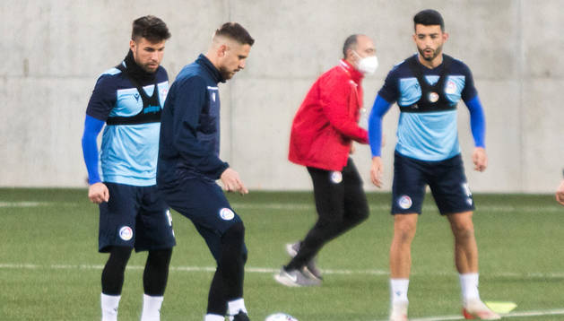 Marc Rebés durant l'entrenament de la selecció andorrana ahir a l'Estadi Nacional.