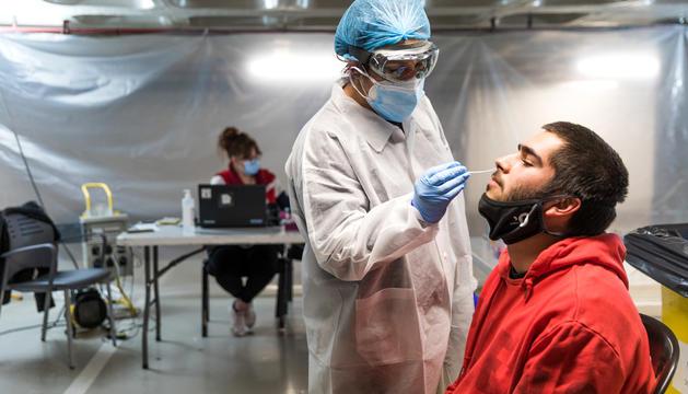 Un jove fent-se un cribratge a l''stop lab' de Prat de la Creu.
