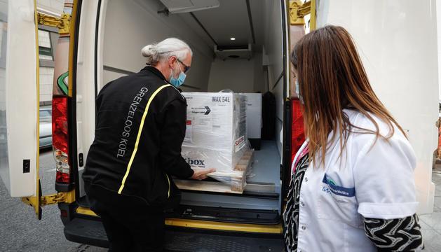 Un operari descarregant les vacunes d'AstraZeneca.
