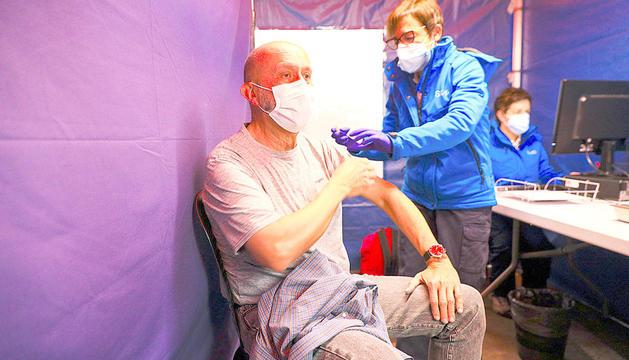 El ministre de Salut, Joan Martínez Benazet, rep la vacuna anti-Covid.