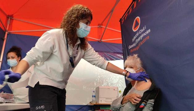 Una de les persones que han estat vacunades aquest migdia.