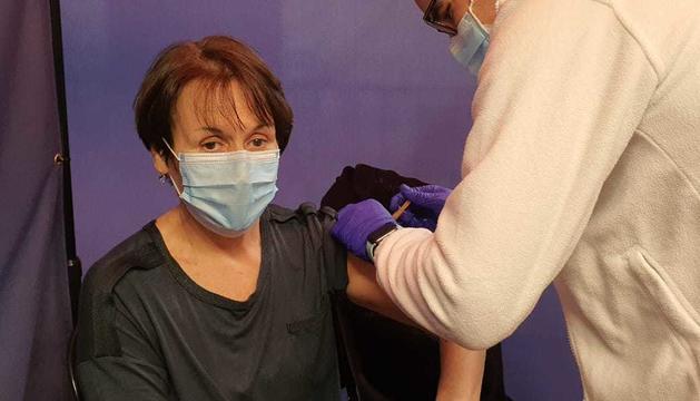El moment en què la síndica general, Roser Suñé, ha rebut la vacuna.