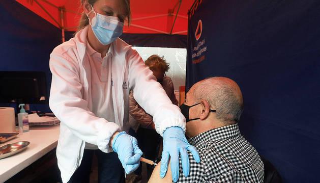 Un home posant-se la vacuna.