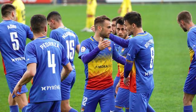 Hector Hevel, autor del gol de l'empat, celebra la seva diana amb Martí Riverola, Pedraza i la resta de companys, ahir a Vila-real.