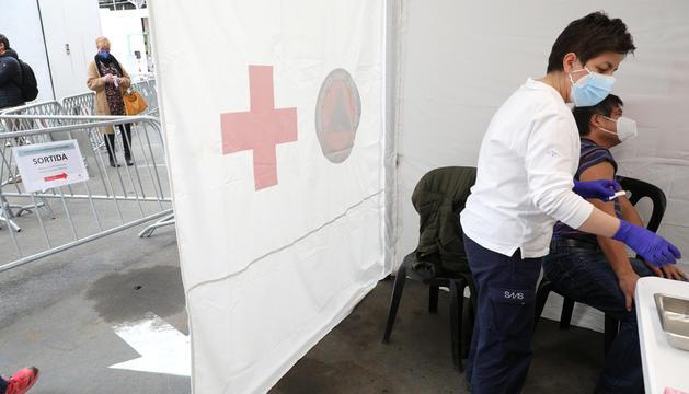Una infermera del SAAS administrant una vacuna al centre de vacunació de la plaça de braus.