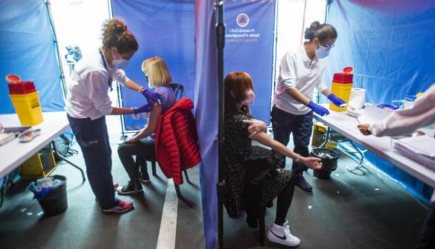Administració de vacunes ahir a la plaça de braus