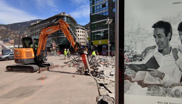 Una màquina treballant a la plaça de la Rotonda.