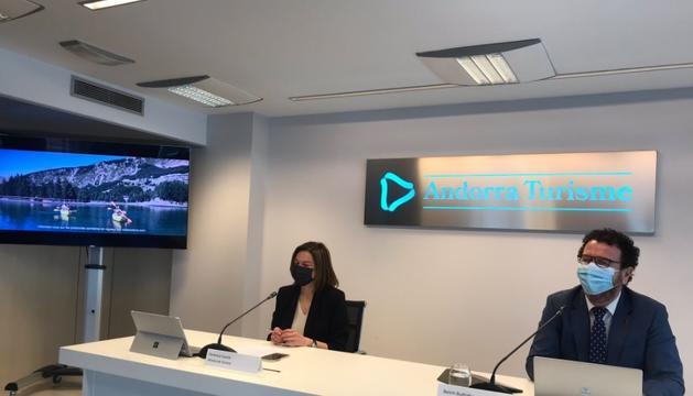 Verònica Canals i Betim Budzaku, a la presentació de la campanya d'estiu, aquest matí.