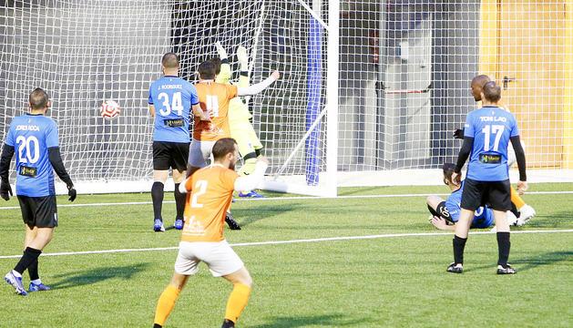 Bacari va avançar la UE Sant Julià als tres minuts de joc.