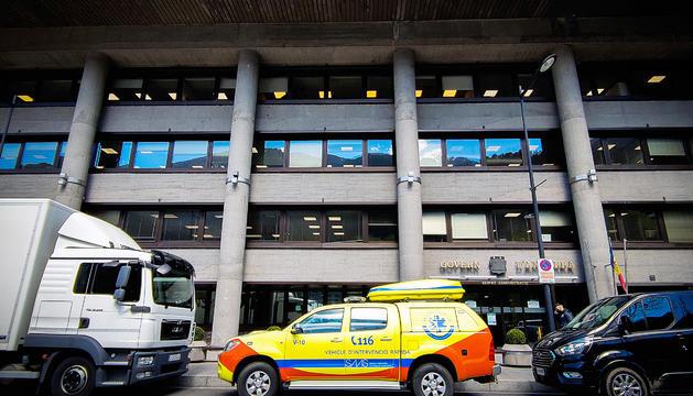 Una ambulància davant de l'edifici administratiu del Govern.