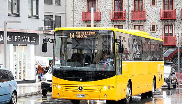 Un autobús anant al Pas.