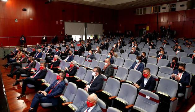 A la cinquena fila per la dreta, el director general de l'FCAndorra, Jaume Nogués, amb el president, Ferran Vilaseca, ahir a Madrid.