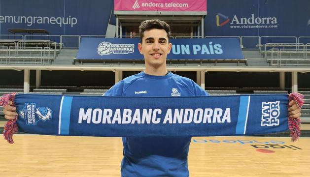 Fausto Ruesga, amb la bufanda del MoraBanc.