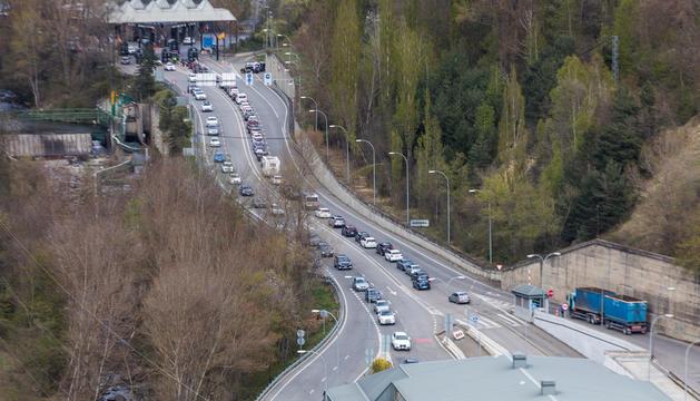 Cues d'entrada i sortida de vehicles que es van donar a primera hora de la tarda d'ahir.