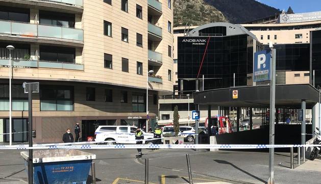 Els serveis d'emergències intervenint al lloc on va caure la dona.