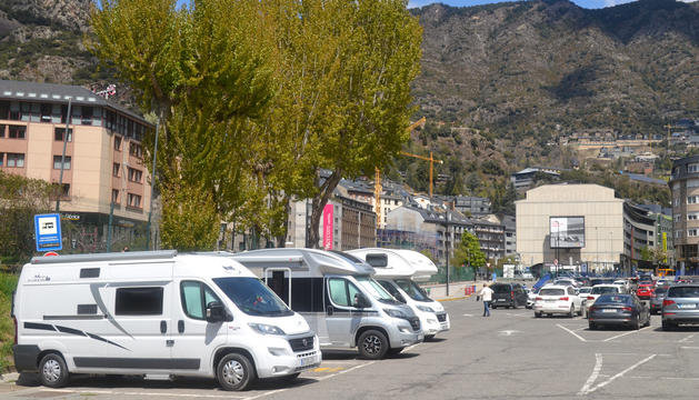 Autocaravanes amb matrícula espanyola, ahir a l'aparcament del Parc Central.
