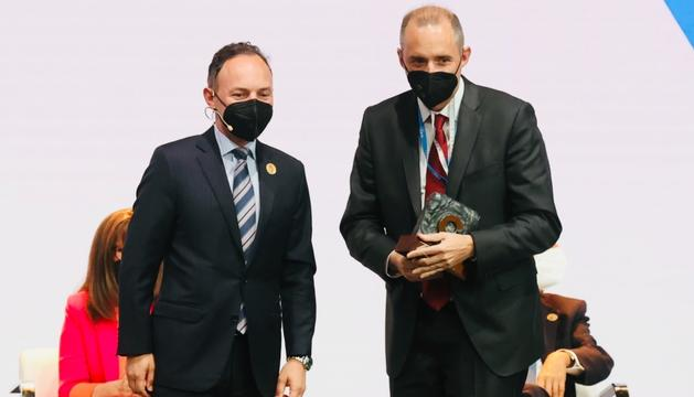 Xavier Espot i Jordi Nadal, en el moment de l'entrega del premi.