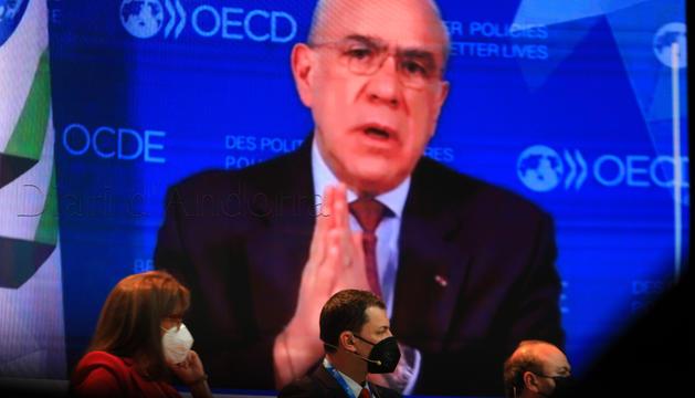 El ministre Gallardo escoltant Ángel Gurría