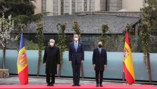 El rei d'Espanya, Felip VI, escolta l'himne amb Vives i Espot