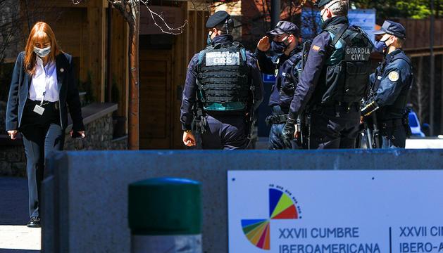 A l'esquerra, cribratges amb tests d'antígens a policies espanyols. A la dreta, policies espanyols i andorrans custodiant la seguretat de la Cimera.