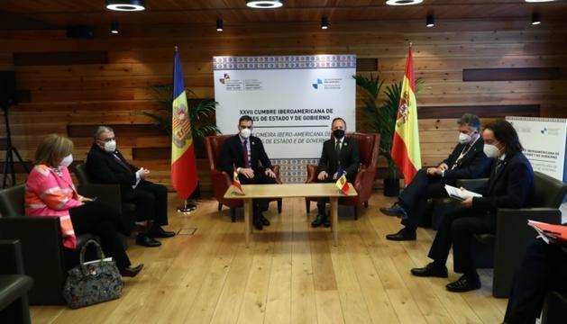 Pedro Sánchez, Xavier Espot, amb la resta de les delegacions espanyola i andorrana, en la trobada d'aquest matí.