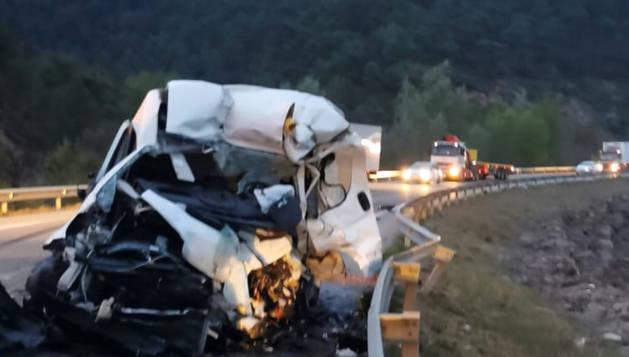 La furgoneta del difunt va quedar destrossada per l'impacte.