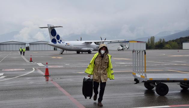 Un dels passatgers del primer viatge d'Andorra Airlines.